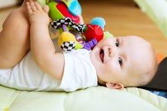 Jogo e descoberta do bebê Fotos de Stock