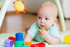 Jogo e descoberta do bebê Foto de Stock