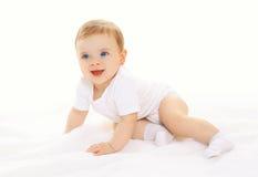 Jogo e rastejamentos bonitos felizes alegres do bebê Fotos de Stock