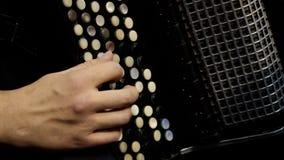 Jogo em um acordeão grande Jogando o close-up da harmônica Russo idoso do instrumento musical bayan - abotoe o acordeão imagens de stock royalty free