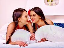 Jogo erótico das preliminares de duas mulheres lésbicas 'sexy' dentro Fotos de Stock