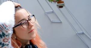 Jogo executivo fêmea com seu cabelo 4k filme
