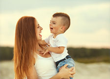 Jogo feliz da matriz e do filho Fotos de Stock Royalty Free