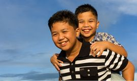Jogo feliz do irmão ao ar livre Imagem de Stock