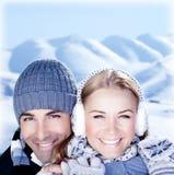 Jogo feliz dos pares ao ar livre em montanhas do inverno Fotos de Stock Royalty Free