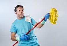Jogo home do homem do serviço doméstico ou da limpeza feliz do marido com espanador Air Guitar que tem o divertimento Fotografia de Stock Royalty Free