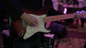 Jogo masculino das mãos da guitarra no partido, tiro de close-up do movimento lento vídeos de arquivo
