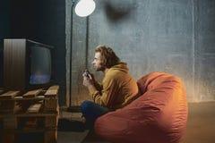 Jogo masculino interessado no jogo de vídeo foto de stock royalty free