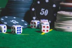 Jogo na tabela Dados, microplaquetas de pôquer Imagem de Stock