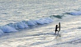 Jogo nas ondas de oceano imagens de stock