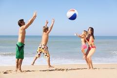 Jogo novo da família na praia Fotos de Stock Royalty Free