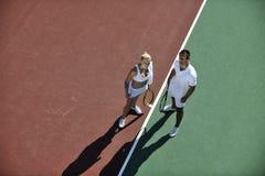Jogo novo feliz do tênis do jogo dos pares ao ar livre Imagem de Stock Royalty Free