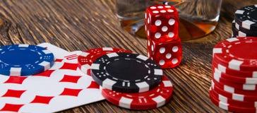 Jogo para o dinheiro, nos cartões e em cubos vermelhos, em uma tabela de madeira Fotos de Stock Royalty Free