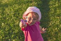 Jogo pequeno feliz bonito do bebê fora no amanhecer no gramado e em admirar o Mountain View Copie o espaço para imagens de stock