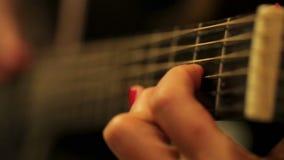 Jogo preto acústico da guitarra filme