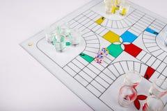 Jogo típico dos parchis para os partidos de vidro no fundo do banco fotografia de stock royalty free