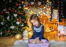 Jogos bonitos da menina com coelhos pequenos Fotografia de Stock Royalty Free