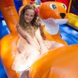Jogos bonitos da menina em saltar o castelo imagens de stock royalty free