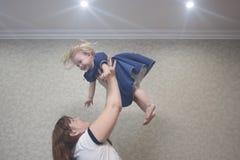 jogos com um bebê pequeno mom fotos de stock