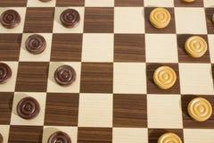 Jogos da estratégia, tabuleiro de xadrez de madeira detalhado com penhores imagem de stock