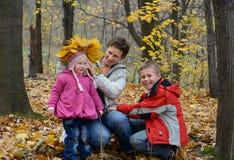 Jogos da família nas madeiras Foto de Stock