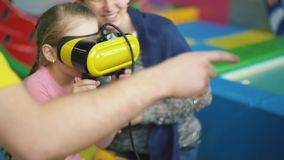 Jogos da menina com vidros virtuais video estoque