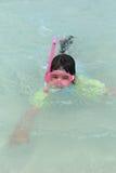 Jogos da menina no oceano Foto de Stock Royalty Free