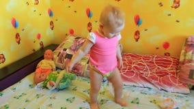 Jogos das irmãs das meninas com suas bonecas filme