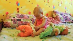 Jogos das irmãs das meninas com suas bonecas video estoque