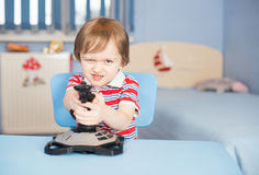 Jogos de computador do jogo do rapaz pequeno com manche Imagem de Stock Royalty Free