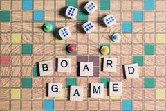 Jogos de mesa Home entertainment, jogos, lona, cubos, cones fotos de stock royalty free