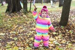 jogos de passeio de 1 menina do ano no outono fora Fotos de Stock Royalty Free