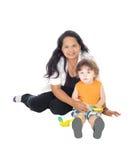 Jogos do baby-sitter com rapaz pequeno Fotos de Stock