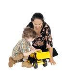 Jogos do baby-sitter com rapaz pequeno Fotografia de Stock