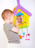 Jogos do bebê com brinquedos Fotos de Stock Royalty Free