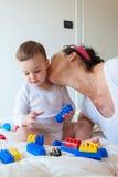 Jogos do bebê com tijolos do lego imagem de stock royalty free