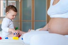 Jogos do bebê com tijolos do lego foto de stock royalty free