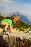 Jogos do bebê em rochas Foto de Stock