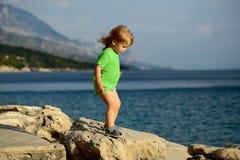 Jogos do bebê no mar Imagens de Stock Royalty Free
