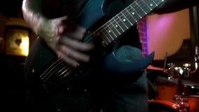 Jogos do músico da rocha de solo na guitarra elétrica Jogando as mãos no guitarrista da rocha filme