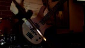 Jogos do músico da rocha de solo na guitarra elétrica Jogando as mãos no guitarrista da rocha video estoque