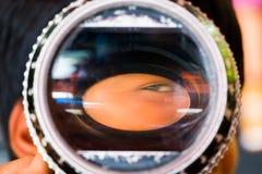 Jogos do menino com uma lente fotografia de stock royalty free