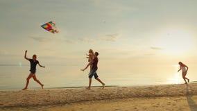 Jogos do Mum com papagaio das crianças As crianças têm o divertimento e o corredor despreocupado na praia video estoque