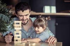 Jogos do paizinho com sua filha imagem de stock