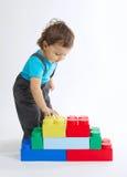 Jogos do rapaz pequeno com cubos coloridos Imagens de Stock