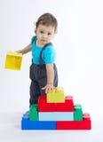 Jogos do rapaz pequeno com cubos coloridos Fotografia de Stock