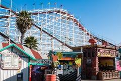Jogos e cabine de bilhete intermediários em Belmont Park em San Diego imagem de stock