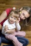 Jogos felizes da mamã com sua filha Imagem de Stock Royalty Free