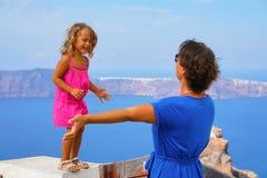 Jogos felizes da menina com a mãe com a vista do Caldera foto de stock