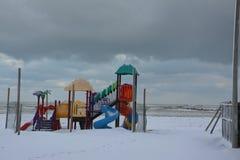 Jogos para crianças no mar no inverno imagem de stock royalty free